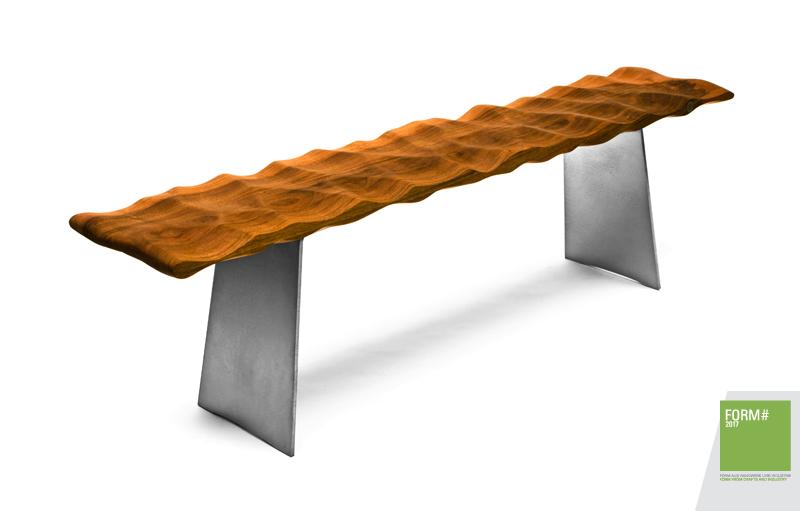 Wellenbank aus Hartholz für ergonomisches Sitzen ist bildhauerisch gestaltet